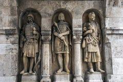Entsteinen Sie geschnitzte Krieger stehen gegen eine Wand an Matthias Church u. am x28; Römisch-katholisch u. x29; in Budapest in Stockfotos