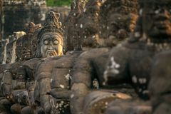 Entsteinen Sie geschnitzte Statuen von Asuras auf der Brücke Lizenzfreie Stockbilder
