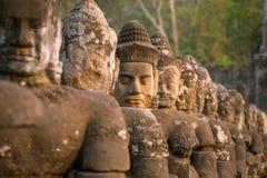 Entsteinen Sie geschnitzte Statuen von Devas auf der Brücke Stockfotografie