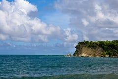 Entsteinen Sie Insel im Ozean mit blauem Himmel Lizenzfreie Stockfotos