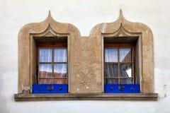 Entsteinen Sie verzierte Fenster auf altem Haus, die Schweiz lizenzfreie stockbilder