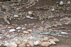 Entsteint Hintergrundbeschaffenheit Installation von den Felsen, von den Steinen und von den Kieseln Selektiver Fokus Felsenbesch Stockfotografie