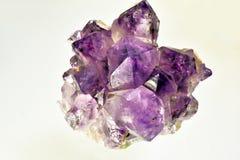 Entsteint purpurrote Kristalle Stockbilder