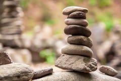Entsteint Pyramide auf Pebble Beach, das Stabilit?t, Zen, Harmonie, Balance symbolisiert Flache Sch?rfentiefe stockfoto