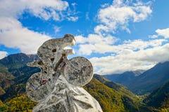 Entsteinte Skulptur des Radfahrers auf Hintergrund des blauen Himmels Ausflug de Fran Lizenzfreies Stockbild