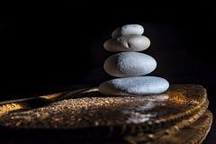 Entsteinte Steine, schwarzer Hintergrund, Hautbasis Stockfotografie