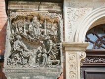 Entsteintes Bild des Gottes, des Adams und des Eves auf der Wand die alte Kirche Lizenzfreie Stockbilder