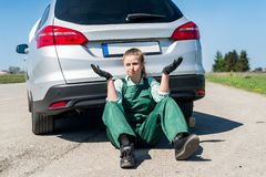 Enttäuschte Frau mit defektem Auto lizenzfreie stockfotografie