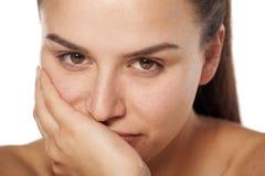 Enttäuschte Frau ohne Make-up Stockfoto