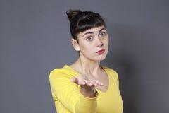 Enttäuschte Frau 20s, die mit Rücktritt bittet Stockbild