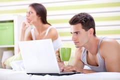 Enttäuschte Frau, weil er nicht sie beachtet Lizenzfreies Stockbild