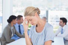 Enttäuschte Geschäftsfrau und ihr Team Stockfotografie