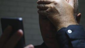 Enttäuschte Wirtschaftler-Text Using Cellphone-Kommunikation stockfotos