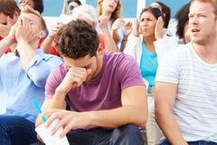 Enttäuschte Zuschauer an Sportveranstaltungim freien Stockfoto