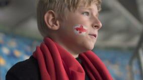 Enttäuschter junger englischer Fan, der Fußballplatz mit Traurigkeit, Ausfall betrachtet stock footage