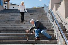 Enttäuschter Pensionär, der auf Treppe in der Straße sitzt Stockfotos
