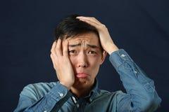 Enttäuschtes junges asiatisches Mannschreien Stockfoto