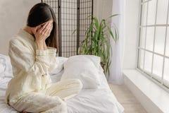 Enttäuschtes junges weibliches schließend Gesicht Stockfotografie