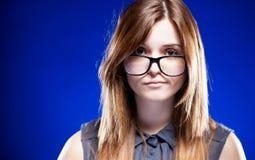 Enttäuschte junge Frau mit Sonderlingsgläsern, strenges Mädchen Stockfotos