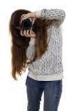 Entusiasmo de la muchacha que mira la lente de cámara Imagenes de archivo