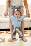 Entusiasmo de los primeros pasos de progresión del bebé Imagenes de archivo