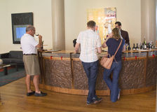 Entusiastas do vinho que provam o vinho na adega de Artesa em Napa Valley Fotos de Stock Royalty Free