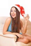 Entusiastisk flicka i julhatt Royaltyfri Bild