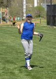 Entusiastisk softballspelare med armar upp royaltyfria foton