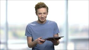 Entusiastisk tonårs- pojke som talar med PCminnestavlan lager videofilmer