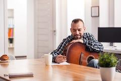 Entusiastisk ung musiker som fångar hans nya sång Royaltyfri Bild