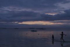 Entusiastiska badare på skymning, Panglao, Bohol, Filippinerna Royaltyfri Fotografi