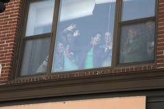 Entusiastiska högskolaflickor i fönstret, Sts Patrick dag ståtar, 2014, södra Boston, Massachusetts, USA Arkivfoton