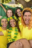 Entusiastiska tyska sportfotbollfans som firar seger. Royaltyfri Fotografi