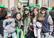 Entusiastiska unga kvinnor, Sts Patrick dag ståtar, 2014, södra Boston, Massachusetts, USA Royaltyfria Foton
