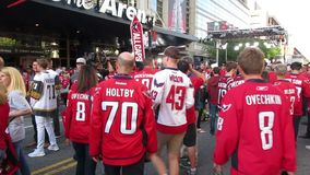 Entusiastiska Washington Capitals Fans Outside arenan lager videofilmer