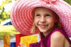 Entuzjastyczna dziewczyna w eleganckim h Obraz Stock