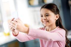 Entuzjastyczna energiczna dziewczyna dzwoni online z telefonem obraz stock