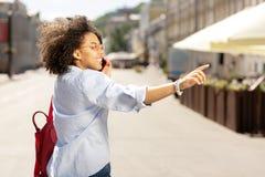 Entuzjastyczna kobieta dzwoni someone podczas gdy pytać czekać obrazy royalty free