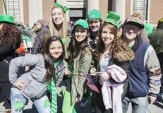 Entuzjastyczne młode kobiety, St Patrick dnia parada, 2014, Południowy Boston, Massachusetts, usa Zdjęcia Royalty Free