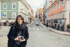 Entuzjastycznej podróżnik kobiety chodzące ulicy europejski kapitał Turysta w Lisbon, Portugalia obrazy royalty free