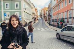 Entuzjastycznej podróżnik kobiety chodzące ulicy europejski kapitał Turysta w Lisbon, Portugalia Zdjęcia Royalty Free
