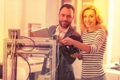 Entuzjastyczni dorosli pracuje stawiać wpólnie 3D drukarkę fotografia stock