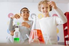 Entuzjastyczni ucznie sprawdza rezultat chemiczny eksperyment obraz royalty free
