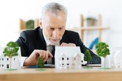 Entuzjastyczny agent nieruchomości planuje kolejnego kroka w sprzedawać dom Obrazy Stock