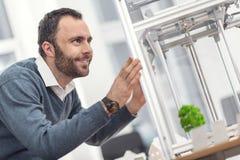 Entuzjastyczny mężczyzna kontroluje pracę 3D drukarka Obraz Royalty Free