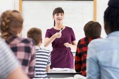 Entuzjastyczny nauczyciel Z klasą Nastoletni ucznie zdjęcia royalty free