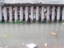 Entwässerung verstopft durch Abfall und Abfall und trocknet Blätter lizenzfreies stockbild