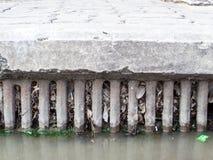 Entwässerung verstopft durch Abfall und Abfall und trocknet Blätter stockfoto