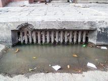 Entwässerung verstopft durch Abfall und Abfall und trocknet Blätter lizenzfreies stockfoto