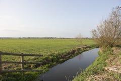 Entwässerungsgraben auf Ackerland in Somerset England Stockbilder